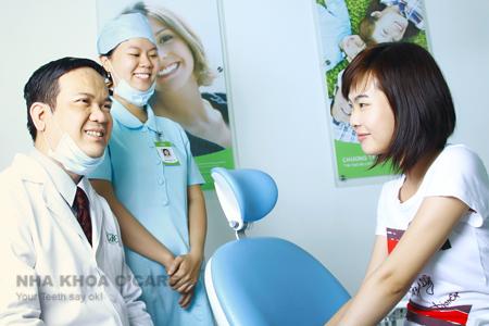 TS Trần Ngọc Quảng Phi khám răng cho bệnh nhân